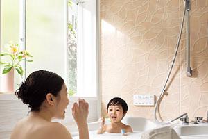 出窓部分が大きく明るい浴室